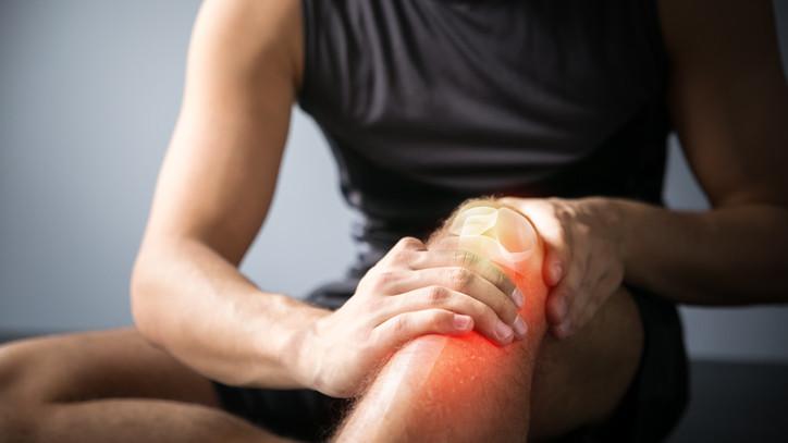 Líquido en la rodilla: síntomas, causas y tratamiento
