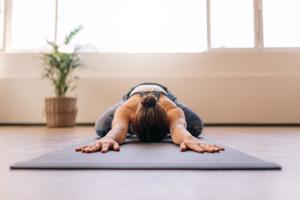 Cómo combatir el jet lag. practicar la relajación